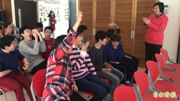 民國黨主席徐欣瑩尋問誰會縫包包?華光院生紛紛舉手,讓她忍不住鼓掌喝采。(記者黃美珠攝)