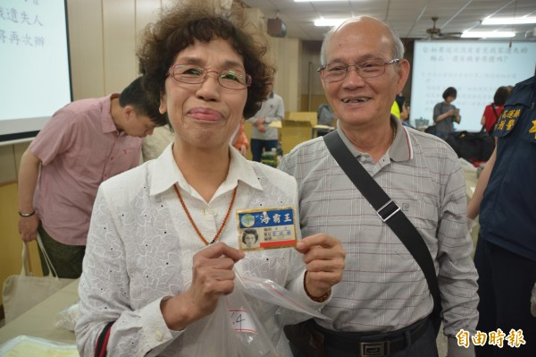 家住雲門10樓之9號的77歲劉茂盛、林陳嬌老夫妻,一眼就認出放在證物袋裡的資料,是他與老伴結婚10週年紀念照及工作證。(記者王峻祺攝)