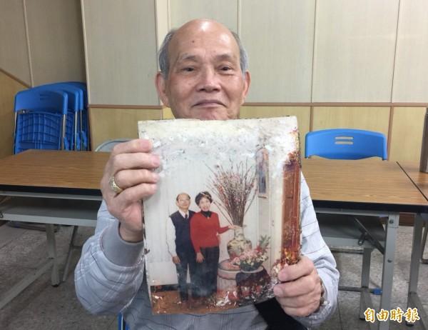 家住雲門10樓之9號的77歲劉茂盛,一眼就認出放在證物袋裡的資料,是他與老伴結婚10週年紀念照及入住雲門翠堤後的第一張室內合影,眼眶裡滿是淚光。(記者王峻祺攝)