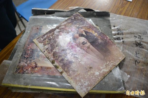 家住雲門10樓之9號的77歲劉茂盛、林陳嬌老夫妻,一眼就認出放在證物袋裡的相冊,是他與老伴結婚10週年紀念照。(記者王峻祺攝)