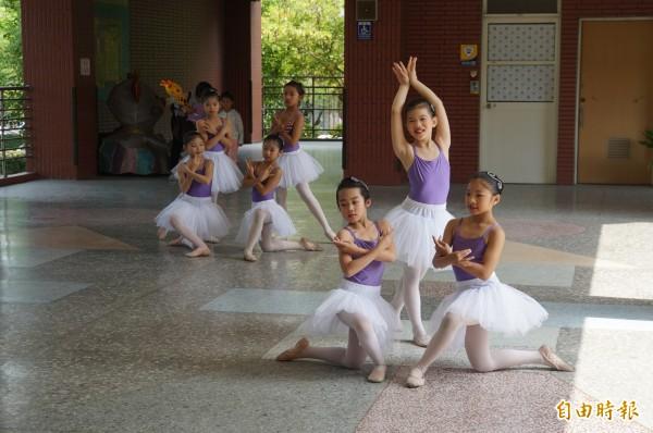 斗六國小學生表演芭蕾舞,展現學校特色。(記者詹士弘攝)