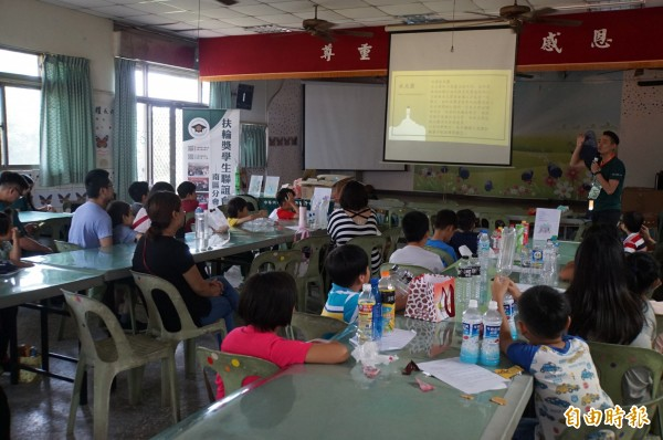 成功國小舉辦科學營,全校學生一起參加,一起歡迎今年報到的新生。(記者詹士弘攝)