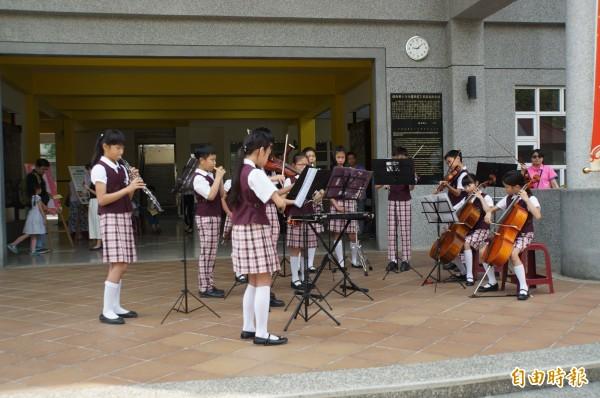 鎮西國小展現學校特色,學生音樂演奏迎新生。(記者詹士弘攝)