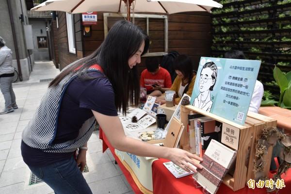 走到哪裡書就在那,雲林微冊角落閱讀運動民眾可以在各村落店家買到好書。(記者黃淑莉攝)