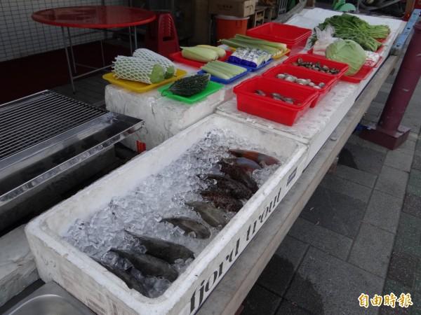 岳棒餐廳把漁貨菜色擺在店前供客人挑選。(記者王俊忠攝)