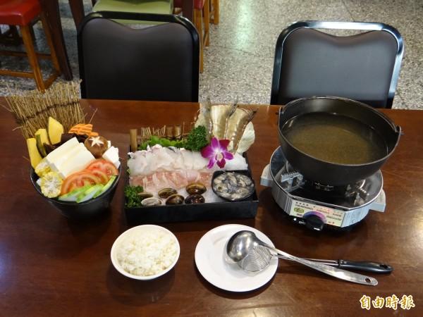 岳棒餐廳的海鮮火鍋菜色相當豐富,一組可供兩人食用。(記者王俊忠攝)