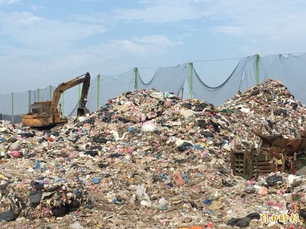 垃圾高度已逼近攔截網,出現警戒訊號。(記者劉禹慶攝)