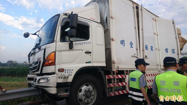 被撞的蕭男大貨車。(記者楊金城攝)