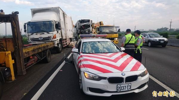 警車(前)先被陸乙豪駕駛的大貨車(後中)撞上,再推撞蕭男的大貨車(左)。(記者楊金城攝)