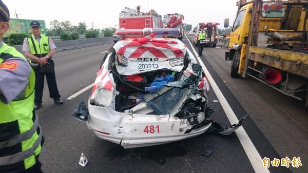 警車後半車身被撞爛。(記者楊金城攝)