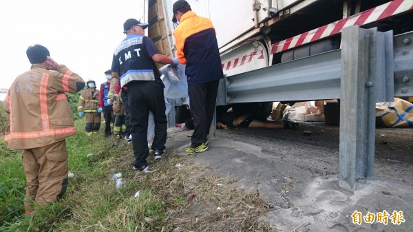 救援,葉員和司機蕭男慘死車下。(記者楊金城攝)