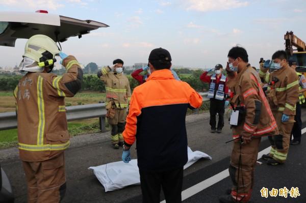 消防隊員將2警遺體送上救護車時大喊:「學長,任務結束」。(記者萬于甄攝)