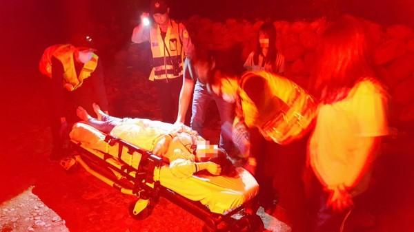 黃女從車內被救出,送醫挽回一命。(記者張軒哲翻攝)