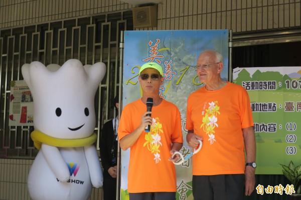 吳道遠神父(右)與視障者兆忠老師示範視障者陪跑。(記者蔡文居攝)