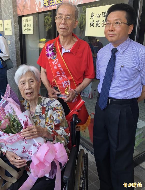 徐昕昕(後排左)獲屏縣府表揚「優秀雇主」,高齡90的母親(坐者)也到場分享榮耀,右為人力仲介公司總經理吳啟生。(記者羅欣貞攝)
