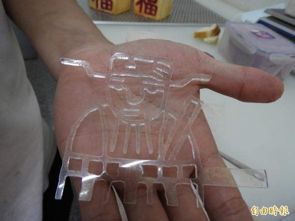 「吐司金紙」灑粉用的神明圖案模型板。(記者洪瑞琴攝)