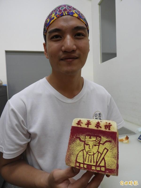 謝富丞製作「吐司金紙」,在烘培本業盡心力。(記者洪瑞琴攝)