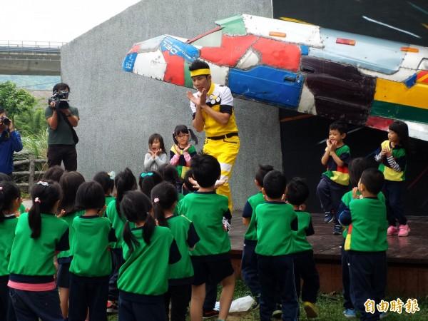 「桐樂會」活動安排YOYO家族與小朋友互動。(記者廖雪茹攝)