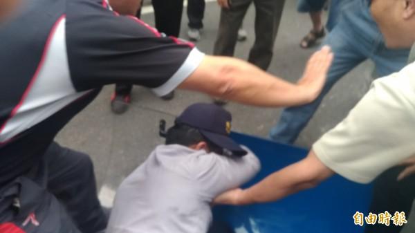 又有警察被拖出毆打。(記者鄭景議攝)