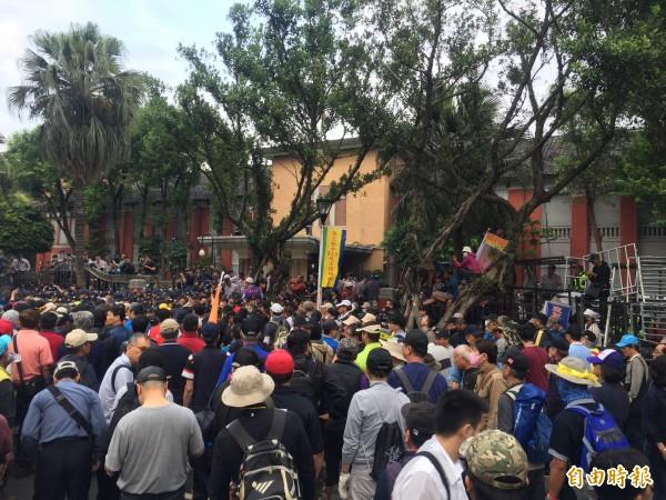 反年改八百壯士企圖衝破封鎖,進入立法院。(記者陳恩惠攝)
