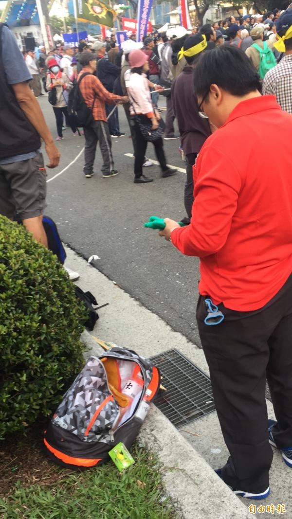 抗議民眾自備多付厚手套,以便攀爬拒馬等物。(記者陳恩惠攝)