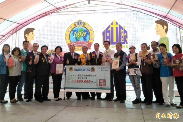 國際獅子會基金會捐贈10萬美元給愛加倍庇護工場,購買日本進口的包裝機。(記者陳冠備攝)