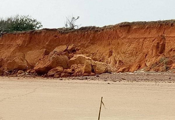 金門北山斷崖岸際土石坍落,海岸線屢向後退縮。(行政院金馬聯合服務中心提供)
