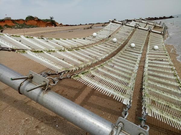「潛沒式柔性攔截網」由鋼索、彈簧、塑製排網、浮球等組成,當海潮通過,可減緩海流能量,讓海流捲帶的泥砂沈落網下。(行政院金馬聯合服務中心提供)