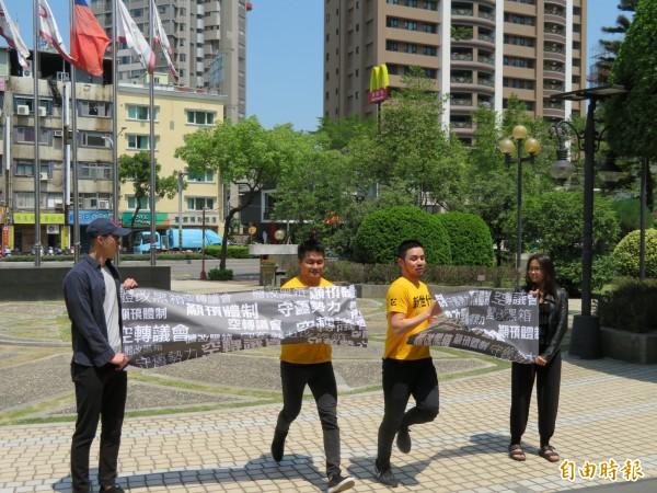 體改成員唐聖捷(右)、張祐銓(左),以衝破黑箱的精神投入地方市議員選舉。(記者何玉華攝)