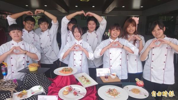 亞洲餐旅學校舉辧母親節料理比賽,為媽媽端出好看好吃又健康的創意料理。(記者劉婉君攝)