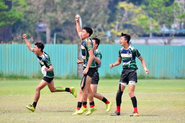 石門國中上月26日參加全國橄欖球錦標賽擊敗強權台北市立南門國中,選手們欣喜若狂慶祝。(石門國中校方提供)