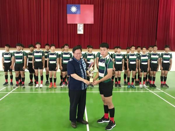 石門國中橄欖球隊隊長戴慶豫代表接受市長鄭文燦表揚。(石門國中校方提供)