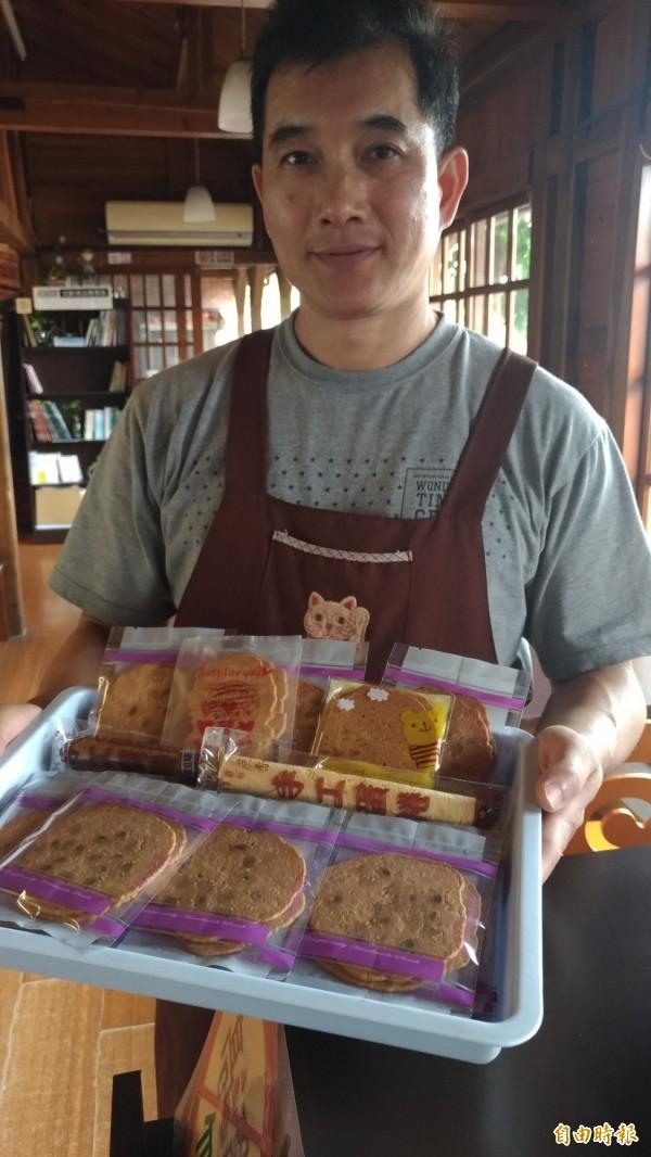 收掉養豬場在虎尾驛賣蛋捲、手工餅乾的王明輝。(記者廖淑玲攝)