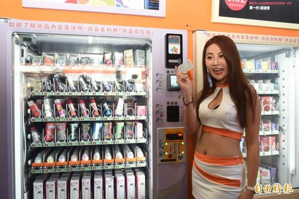 無人商店強調24小時營業且可第三方支付,今天開張由辣妹示範如何購買。(記者張忠義攝)