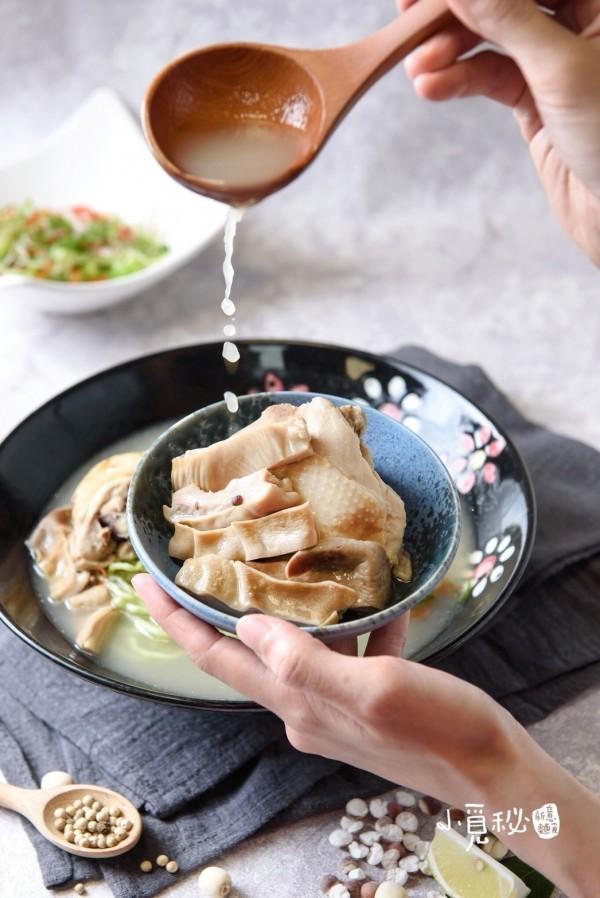 辦桌菜胡椒豬肚雞再也不怕分量多吃不完,被改造成單人份麵點,能獨自享用。(「小覓秘麵食所」提供)