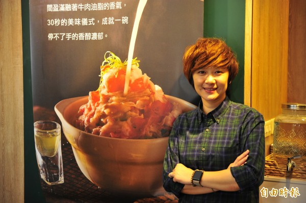 今年30多歲的謝凱雯,旗下有4間餐飲店跨足簡餐、麵食、外匯與甜點。(記者王捷攝)
