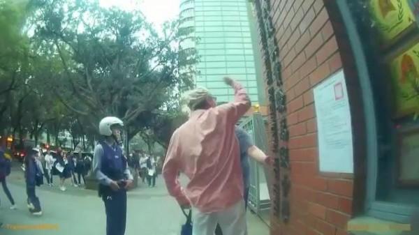 魏姓男子在台北市復興中小學前大聲咆哮,嚇到正要下課的學生。(記者姚岳宏翻攝)