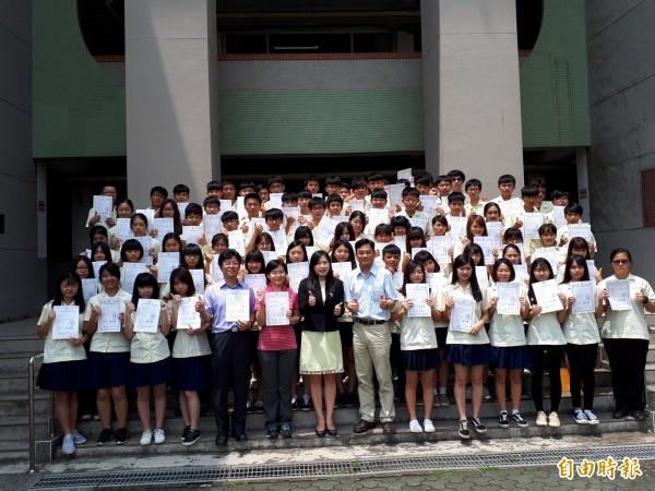 新竹高商學生參加全國電子書競賽,廿三組學生參賽全部得獎,包辦前三名及第六名,更有22個佳作獎,是比賽最大贏家。(記者洪美秀攝)