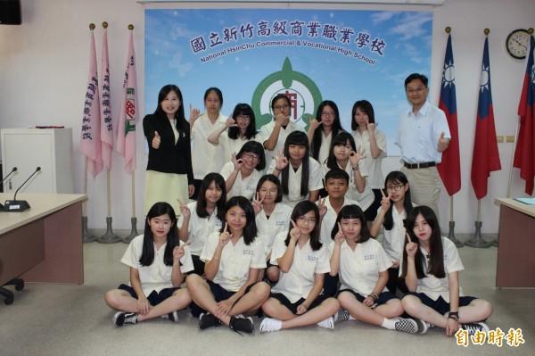新竹高商學生參加全國電子書競賽,包辦全國前三名及第六名,就連教師組也拿第一名。(記者洪美秀攝)