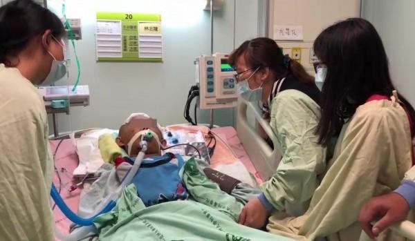 大里健民國小王姓男童昏迷住進加護病房,爸媽、妹妹和老師今天在病床旁呼喊「小至,你一定要加油!要趕快好起來!」(記者陳建志翻攝)