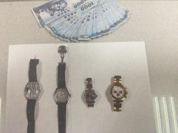 警方起出失竊名錶及現金。(記者洪臣宏翻攝)