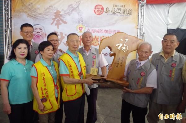 嘉義城隍廟今表揚陳亮宏(右四),希望藉此拋磚引玉,讓更多人一起加入救助弱勢行列。(記者王善嬿攝)