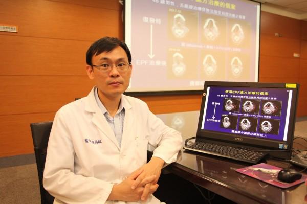 成大醫院血液腫瘤科主治醫師吳尚殷提醒菸酒檳榔是頭頸癌的三大危險因子,有這三類習慣者須定期篩檢。(記者王俊忠翻攝)