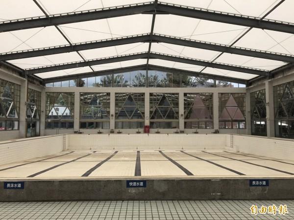 八里區公所預計最快下月將泳池整修工程招標出去,同時籌備委外經營。(記者葉冠妤攝)