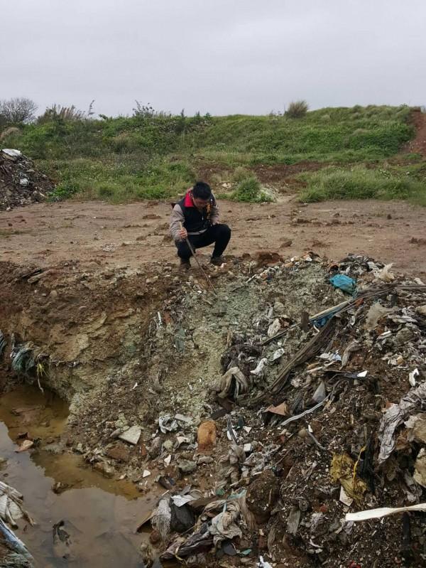 草漯重劃區去年12月被挖出大量廢棄物,檢舉人戴兆華想要了解稽查結果被拒絕。(戴兆華提供)