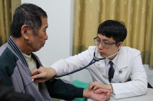 花蓮慈院心臟外科主任張睿智檢查出主動脈瓣膜狹窄導致胸悶、胸喘的問題。(花蓮慈濟醫院提供)
