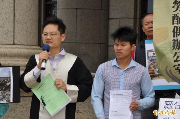 矽卡公司大火中死亡的阮文薦哥哥阮文忠(右),由律師張譽尹(左)陪同到桃園地檢署遞狀。(記者周敏鴻攝)