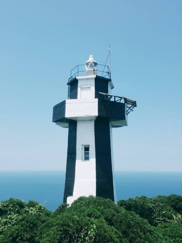 有「台灣龍珠」美譽的基隆嶼,上頭有座1980年創建的燈塔,大家都叫它基隆嶼燈塔,實際上正式名稱卻是「基隆島」燈塔。(圖由基隆市政府提供)