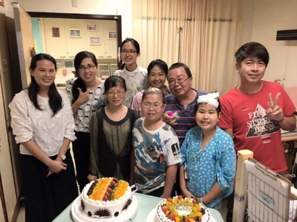 湘云(右二)於病房慶生。(記者黃旭磊翻攝)