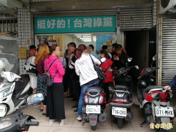 敬鵬員工不滿被調廠,今天下午到王浩宇服務處抗議陳情。(記者許倬勛攝)